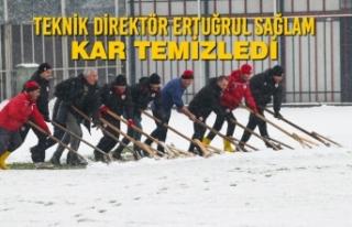 Teknik Direktör Ertuğrul Sağlam Kar Temizledi