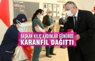 Başkan Kılıç Kadınlar Gününde Karanfil Dağıttı