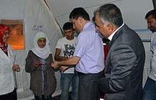 Suriyeli Çift Çadır Kentte Nişanlandı