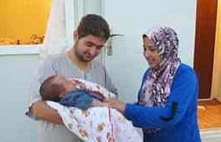 """Suriyelilerin Kampında Doğan İlk Bebeğe """"tayyip""""..."""