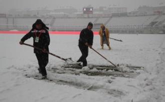 Bolu Atatürk Stadı'nın zemini karla kaplandı
