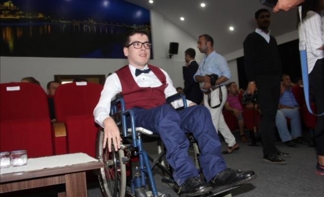 Başkanlık koltuğuna oturan engelli gencin isteği gerçekleşti