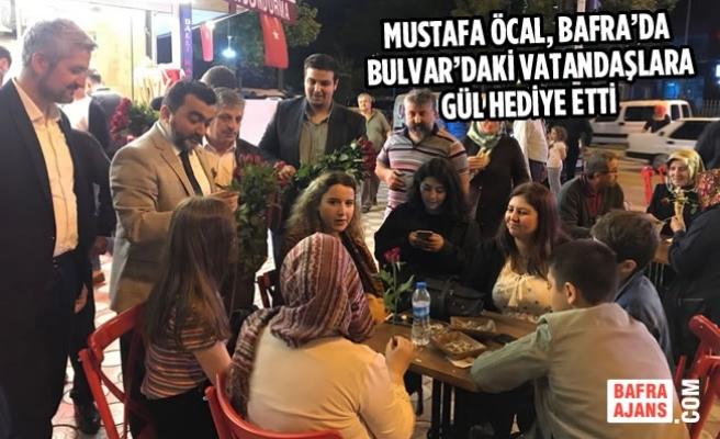 Öcal, Bafra'da Bulvar'daki Vatandaşlara Gül Hediye Etti