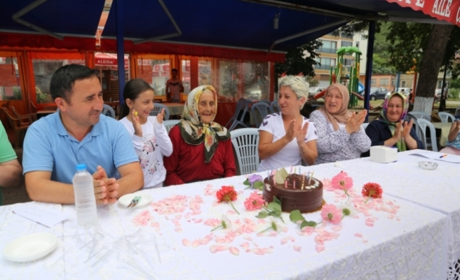 100 yaşını pasta keserek kutladı