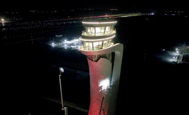 İstanbul Yeni Havalimanı'nda kule Türk Bayrağı renklerine büründü