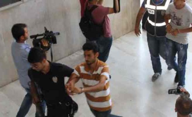 Gezi Eylemcileri Adana'ya Getirildi, Adliye Önünde Arbede Çıktı