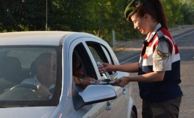 Jandarma Trafik Timlerinden Sürücüleri Bayram Şekeri
