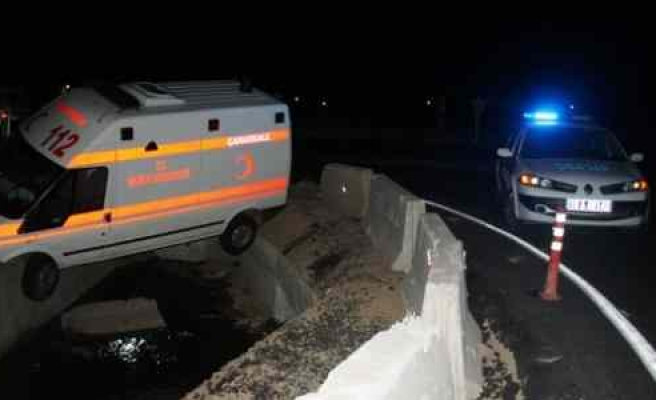 Kadın Sürücünün Kullandığı Ambulans Dereye Uçtu