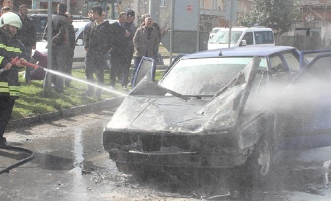 Kırmızı Işıkta Duran Otomobil Yandı